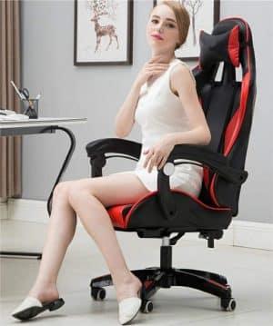 Una donna sulla sedia da gioco